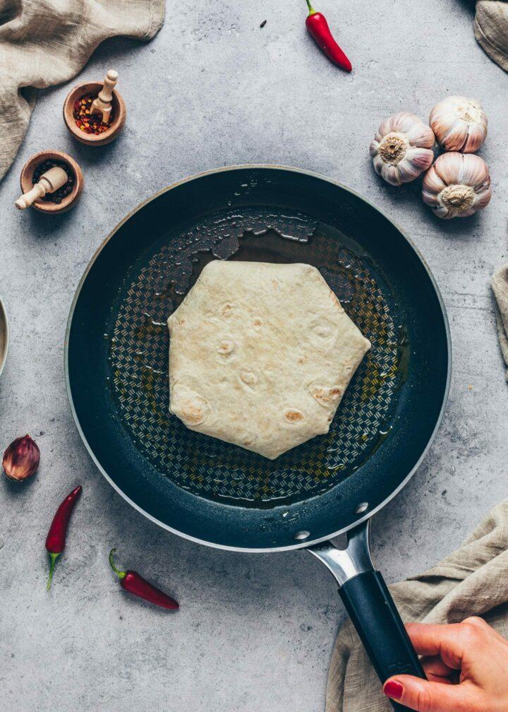 Tortilla Burrito Wrap in einer Pfanne - Crunchwrap supreme