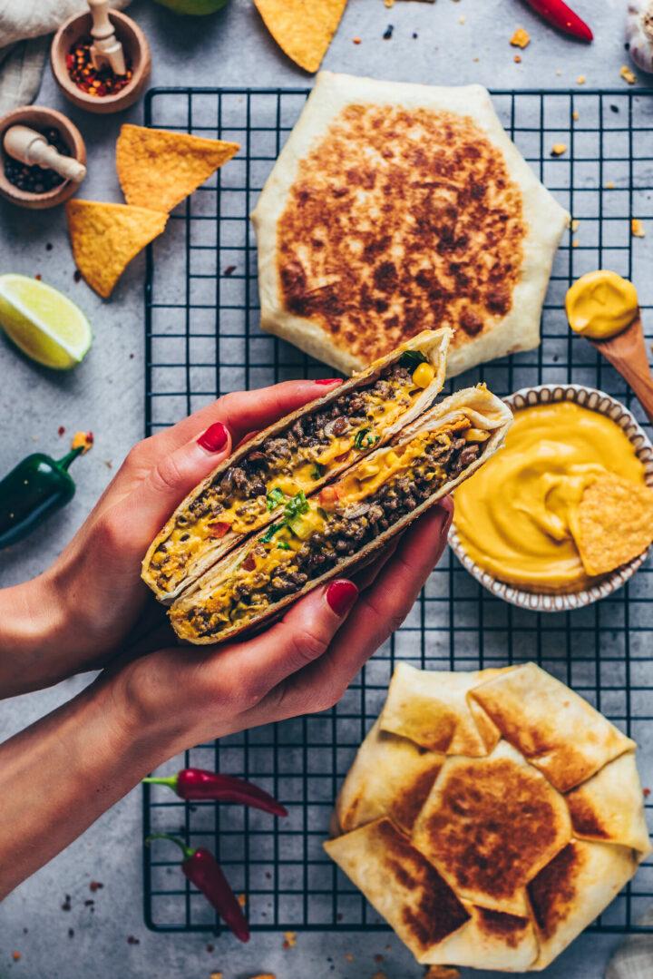 Tortilla Wrap Sandwich mit Taco Burrito Füllung, Käsesauce, Nachos, Tomaten, Paprika, Salat, Mais und Käse
