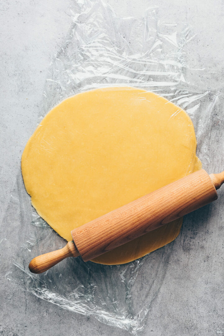 roll out pie dough pastry for quiche