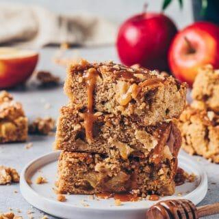 Apfel-Blondies mit Karamellsauce und Walnüssen (Apfelkuchen-Schnitten)