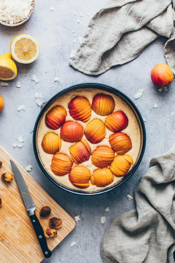 Kuchen Teig mit Aprikosen in einer Springform