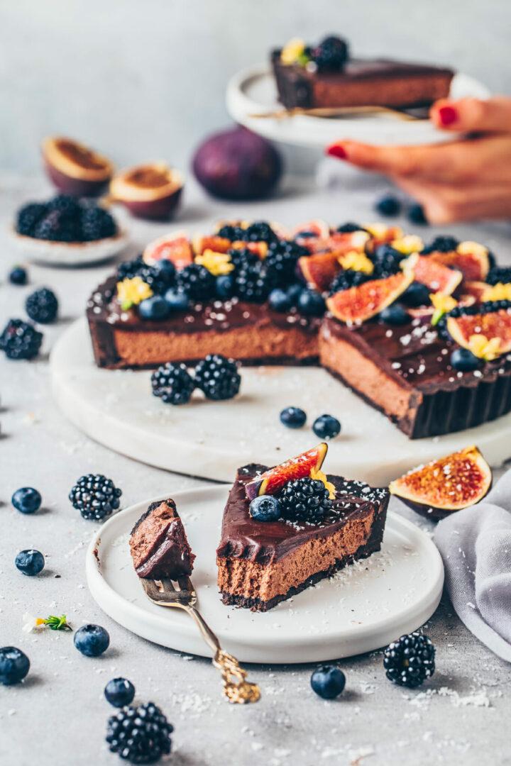 Schokoladen Mousse Torte mit Ganache, Feigen, Blaubeeren und Brombeeren