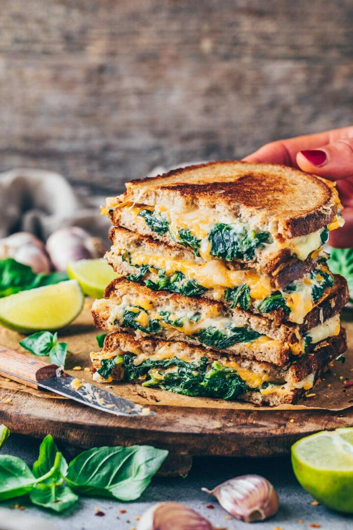 Sandwich Brot mit Käse und Spinat - Veganes Grilled Cheese