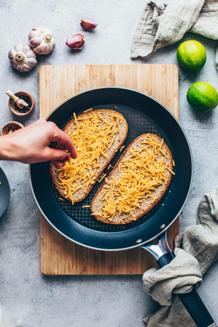 Brot mit Butter und geraspelter Käse in einer Pfanne