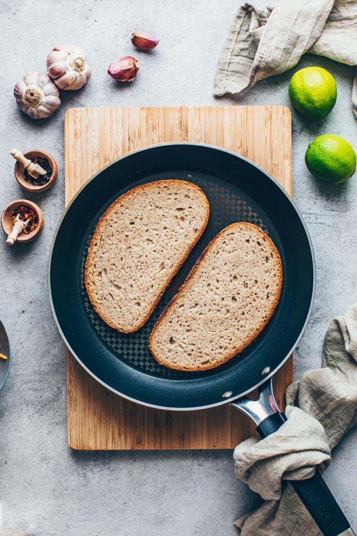 Brot in einer Pfanne für Käse-Sandwich