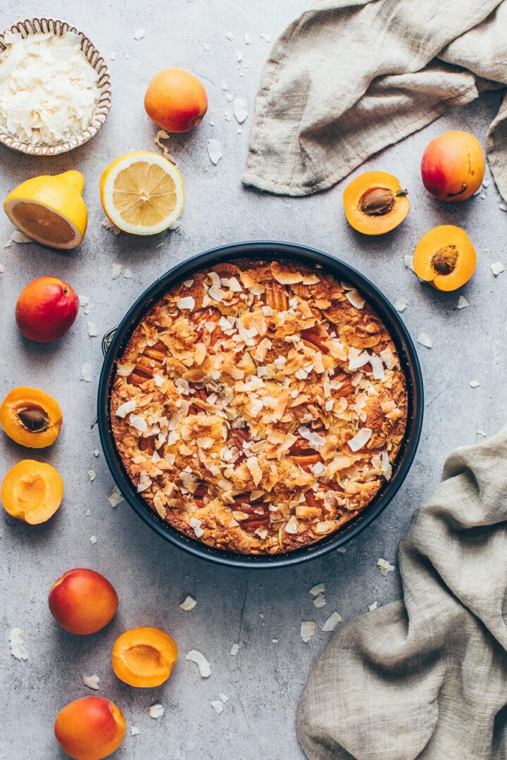 Frisch gebackener Kuchen mit Aprikosen und Kokos Streusel