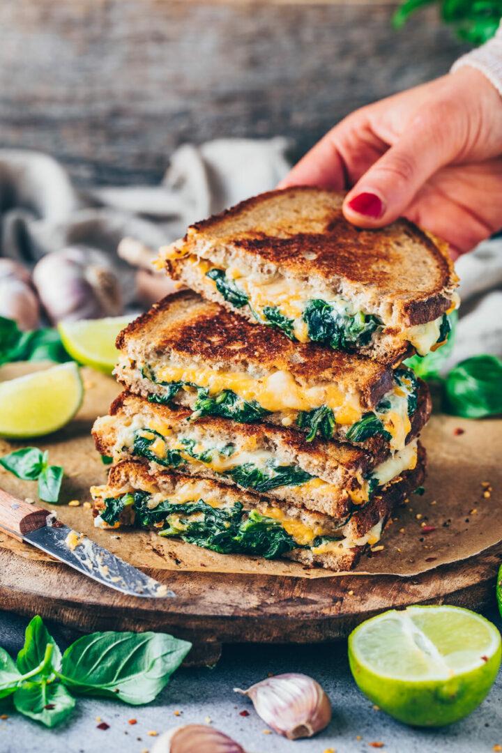 Veganes Käse Sandwich mit Spinat (Grilled Cheese Sandwich Rezept)