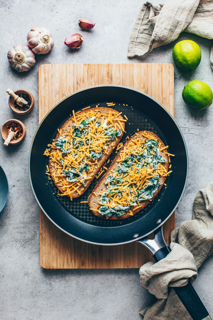 Käse Sandwich Brot mit Spinat (Veganes Grilled Cheese Rezept)