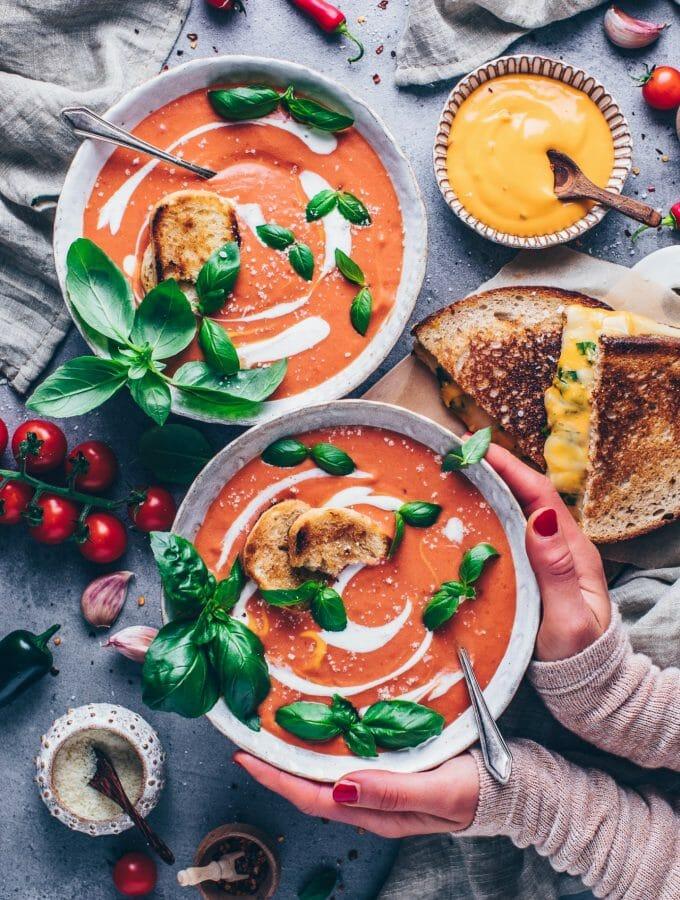 Tomaten-Suppe mit Joghurt, Basilikum, Toast, Käse Sandwich und Parmesan