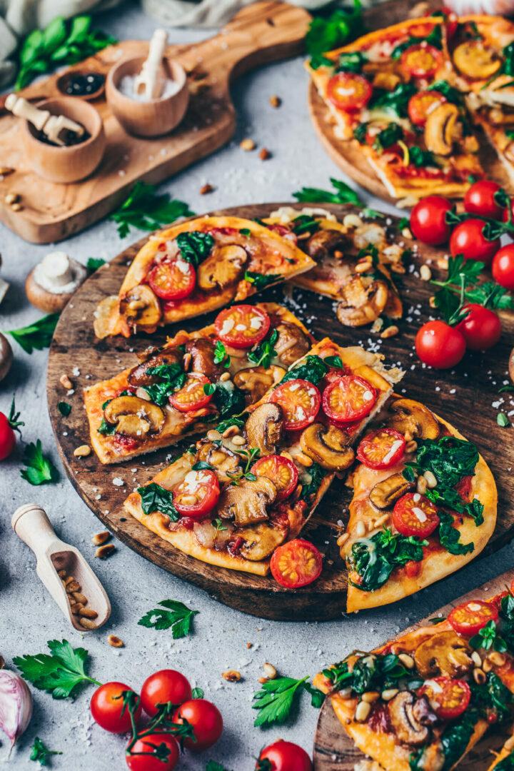 Snel en makkelijk naan pizza recept met champignons en spinazie