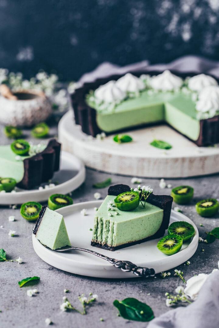 Matcha Cheesecake mit Oreo Keksen, Kiwis und Meringue