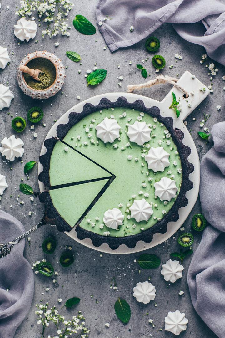 Matcha Cheesecake mit Oreo Schoko-Keksboden, Kiwis und Sahne Meringue
