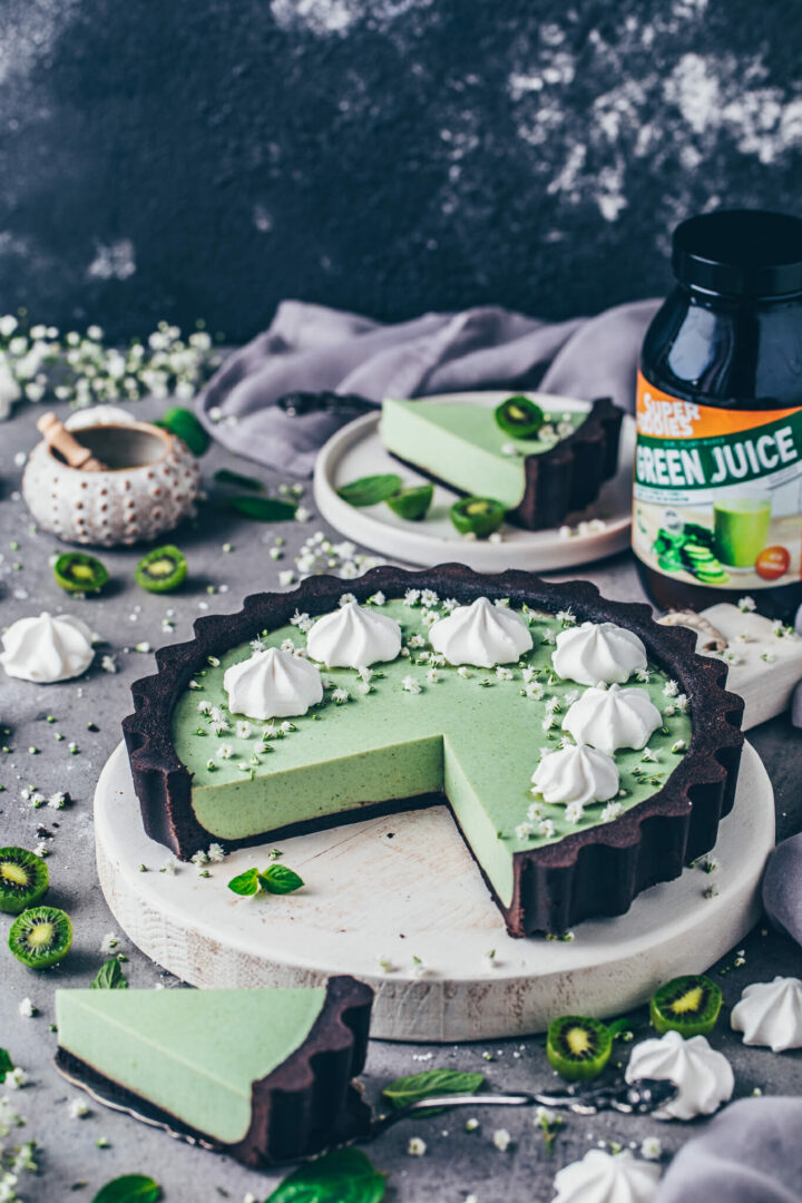 Matcha Cheesecake mit Oreo-Keksboden, Superfoods, Kiwis und Meringue
