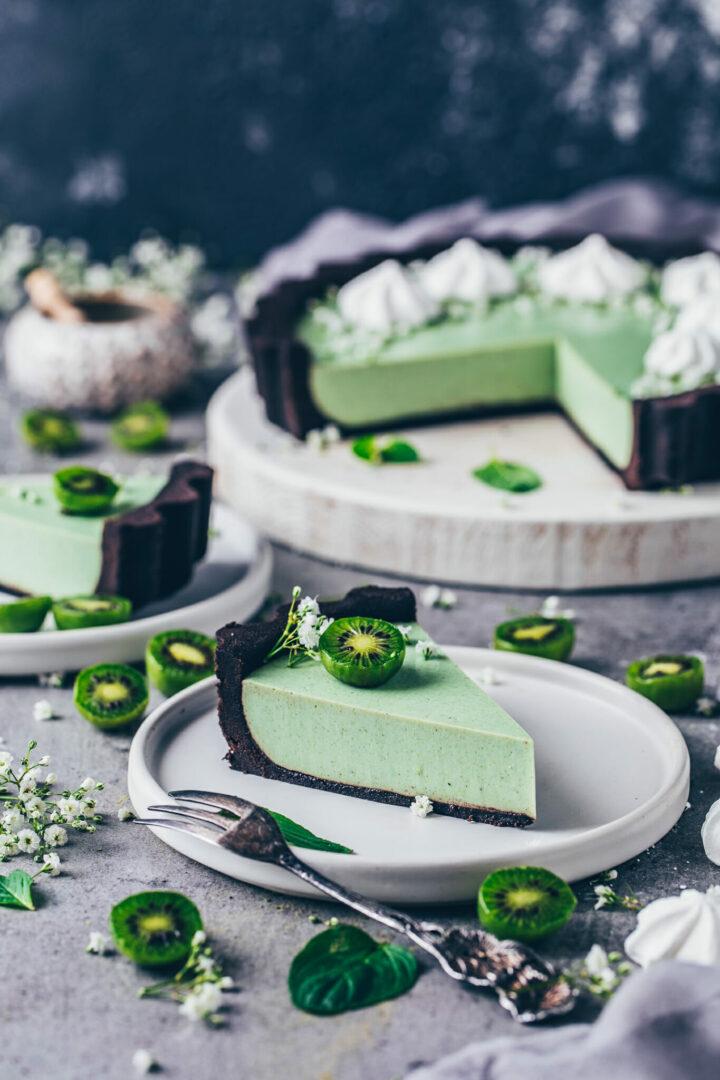 Matcha Cheesecake mit Oreo-Keksboden, Kiwis und Meringue