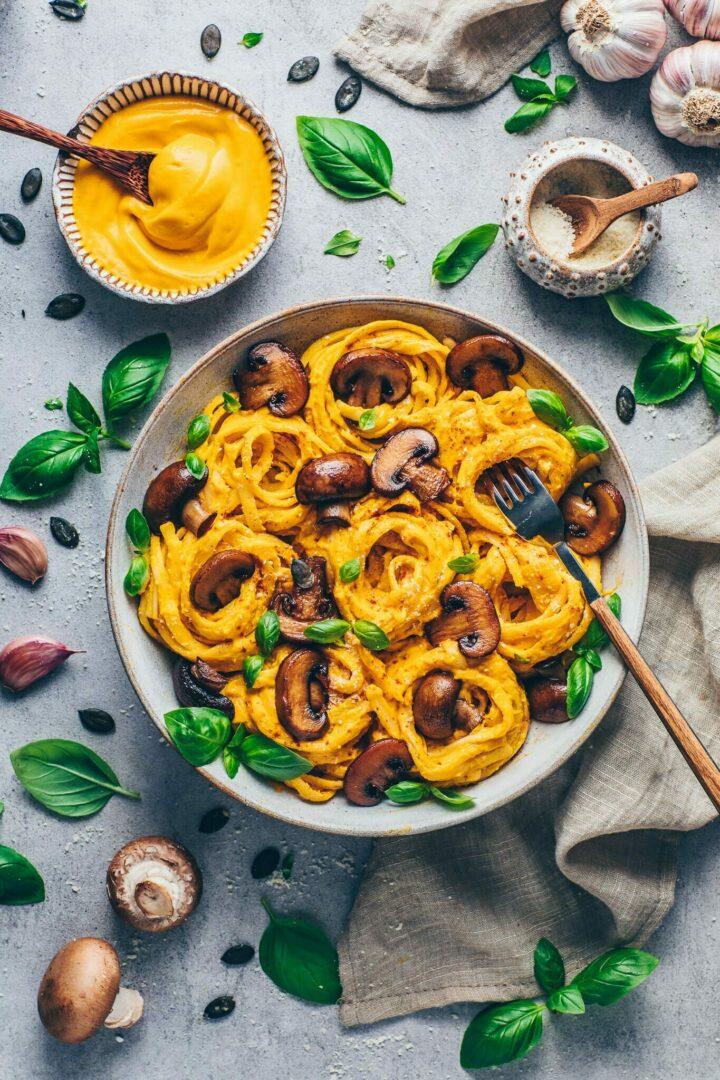 Cremige Kürbis Pasta Nudeln mit Pilze, Basilikum, vegane Käsesoße, Parmesan
