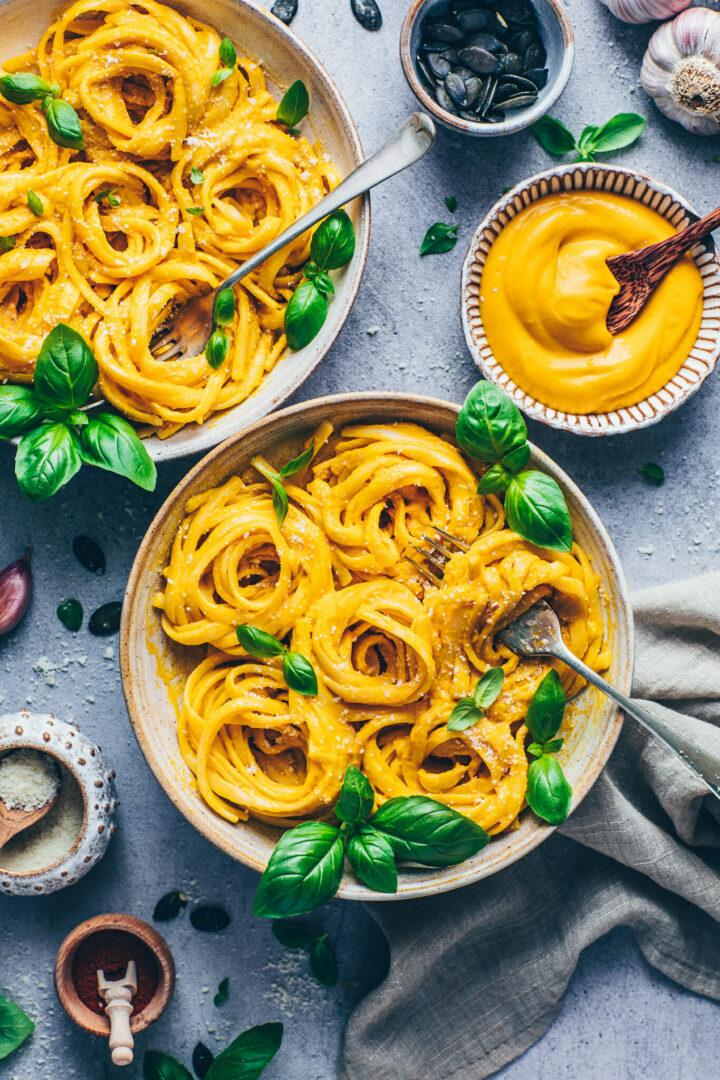 Kürbis Pasta Sauce mit Fettuccine Nudeln und Basilikum