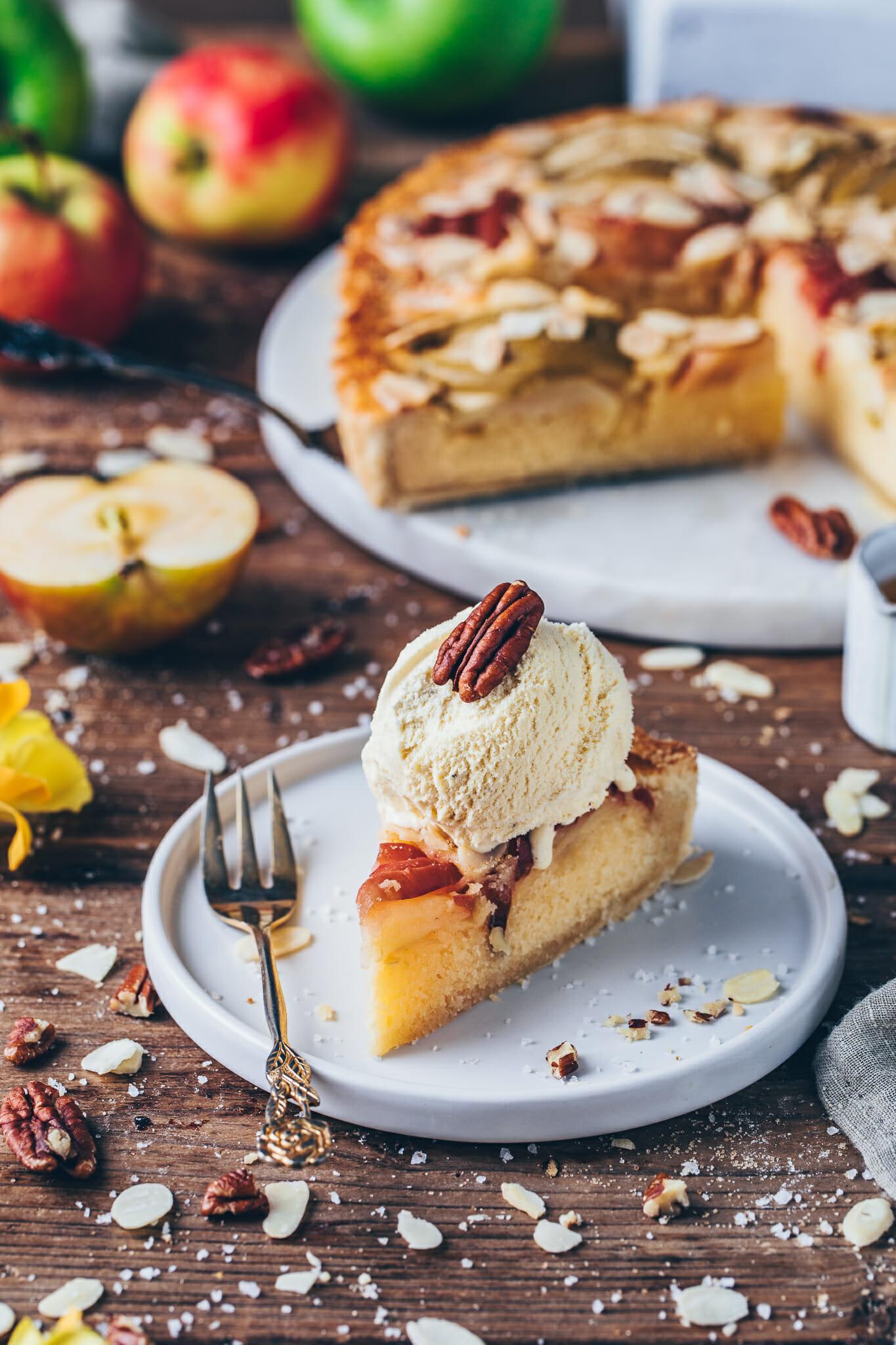 Apple Cake with ice cream (pecan pie)