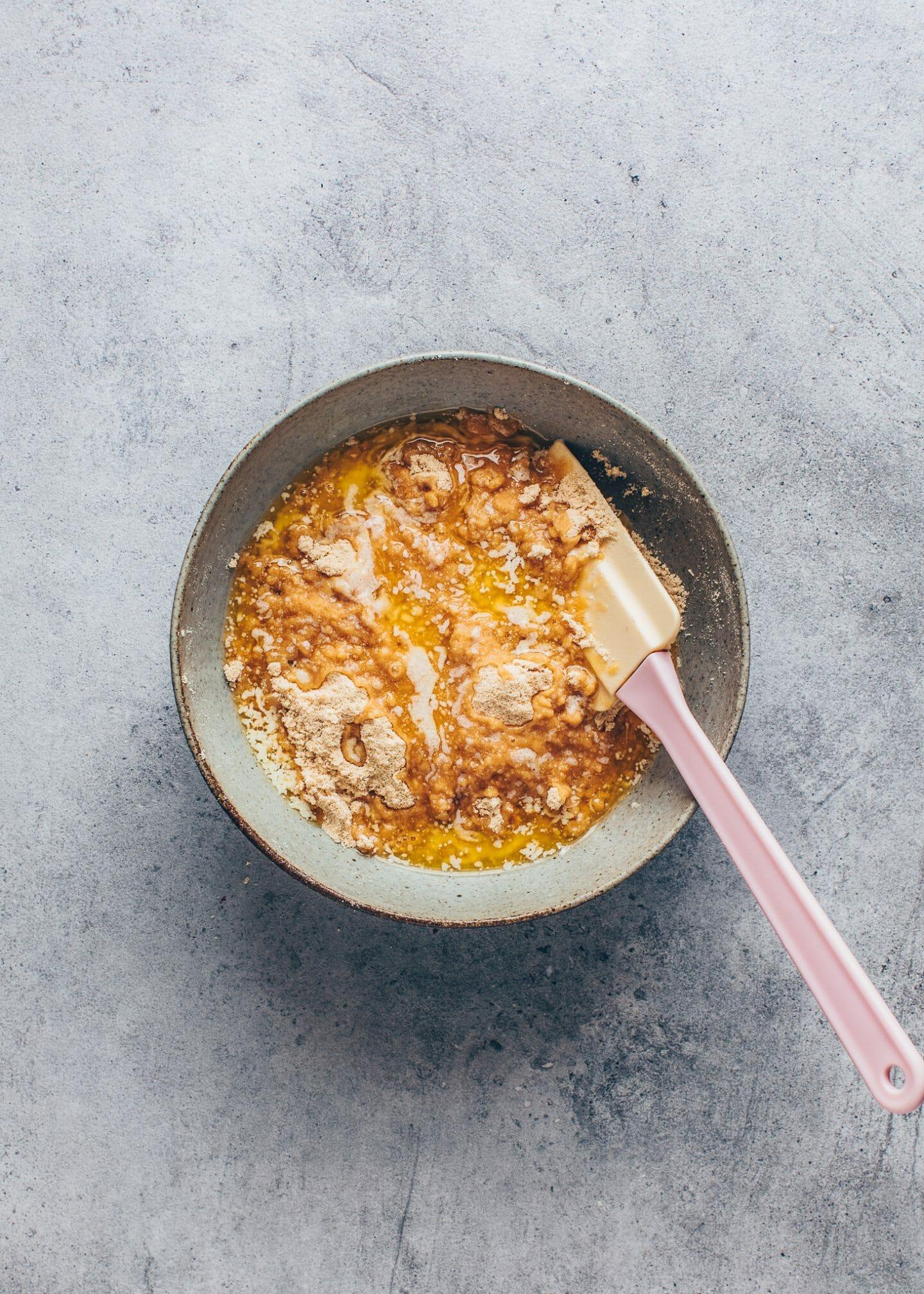 Keks Krümel mit flüssiger Butter für Keksboden