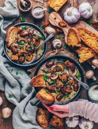 Champignon-Cremesuppe mit Pilzen und Knoblauch-Brot
