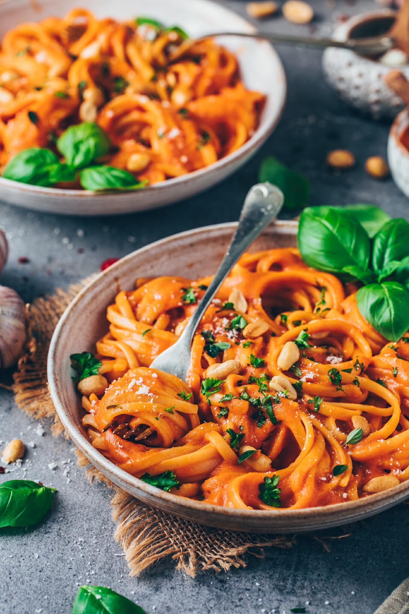 Pasta mit cremiger Paprika-Soße, gerösteten Erdnüssen und frischen Kräutern