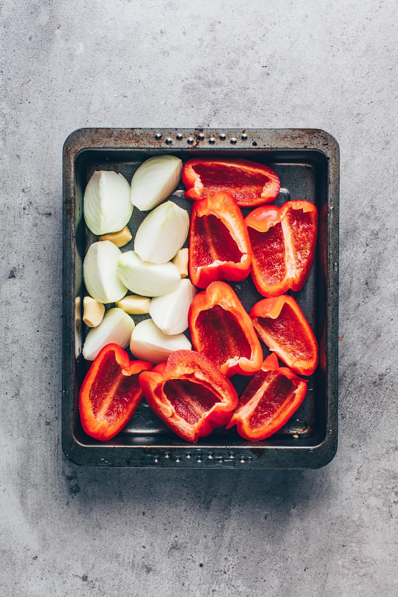 Paprika, Zwiebeln und Knoblauch auf einem Backblech