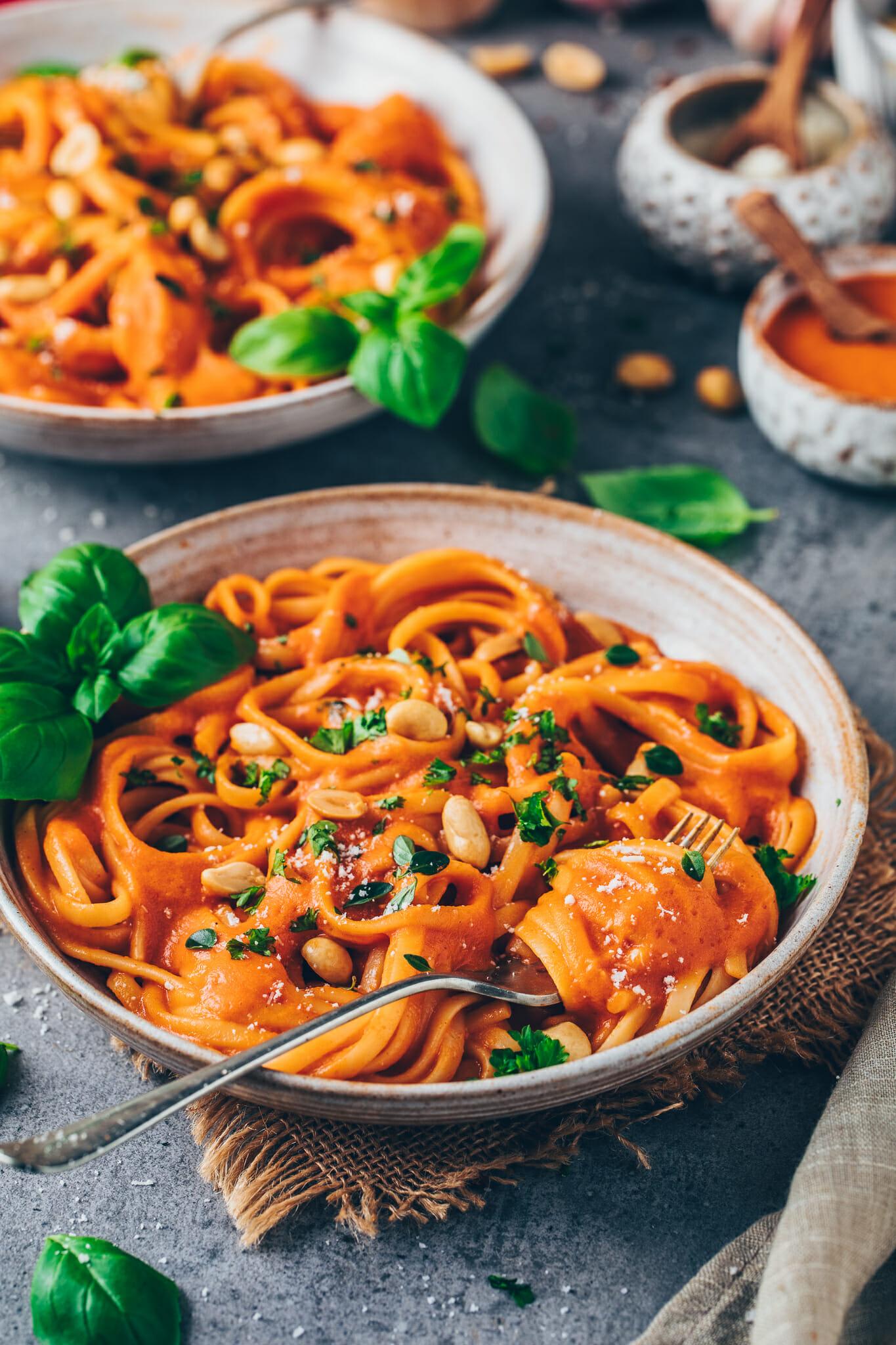 Pasta mit cremiger Paprikasauce, gerösteten Erdnüssen und frischen Kräutern