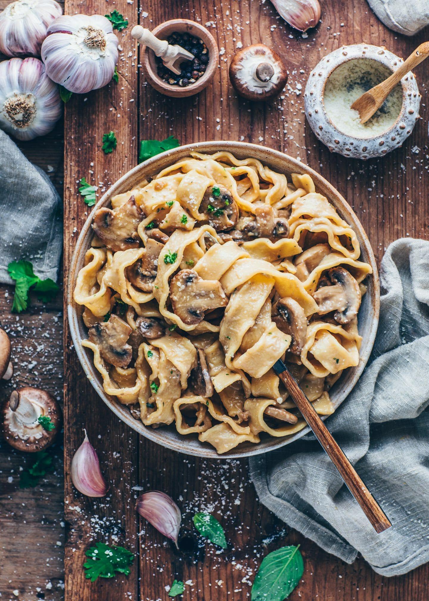 Pasta mit cremige Pilzsosse (Vegane Champignon-Rahm-Sauce)