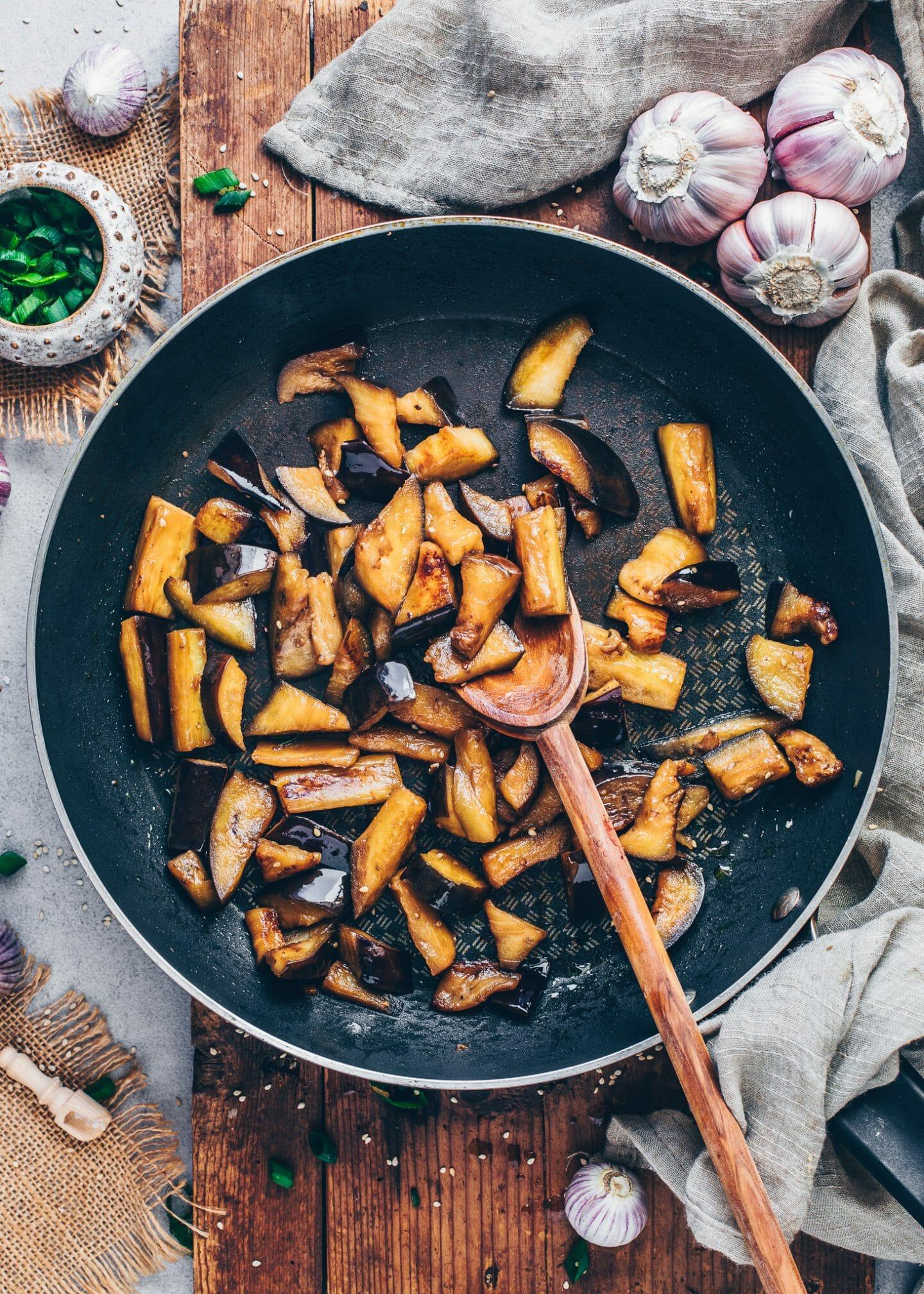 Chinesische gebratene Auberginen in Chili-Knoblauch-Soße