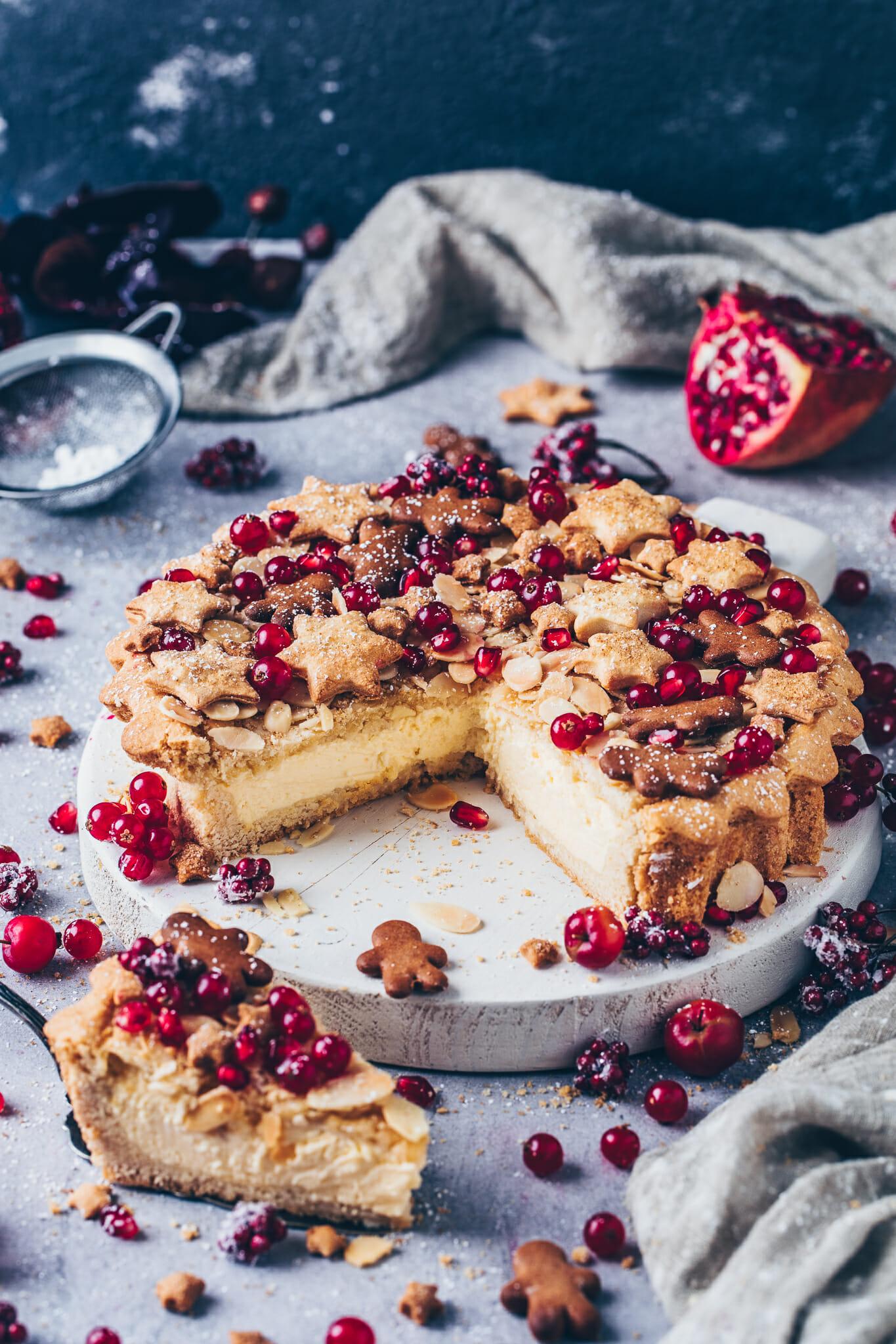 Kuchen mit Pudding-Creme, Keksen, Granatapfelkerne und Johannisbeeren