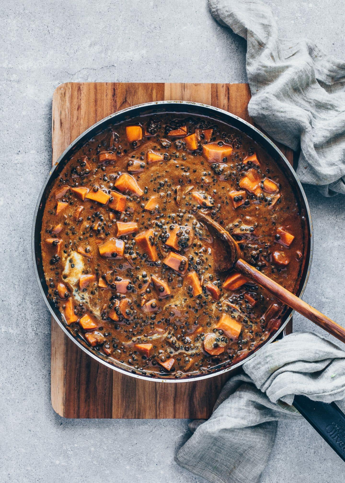Veganes Linsen Curry mit schwarze Belugalinsen, Süßkartoffeln und Karotten