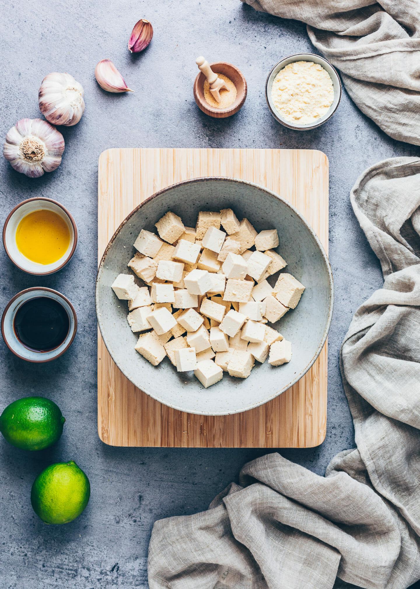 Tofu-Würfel in einer Schüssel