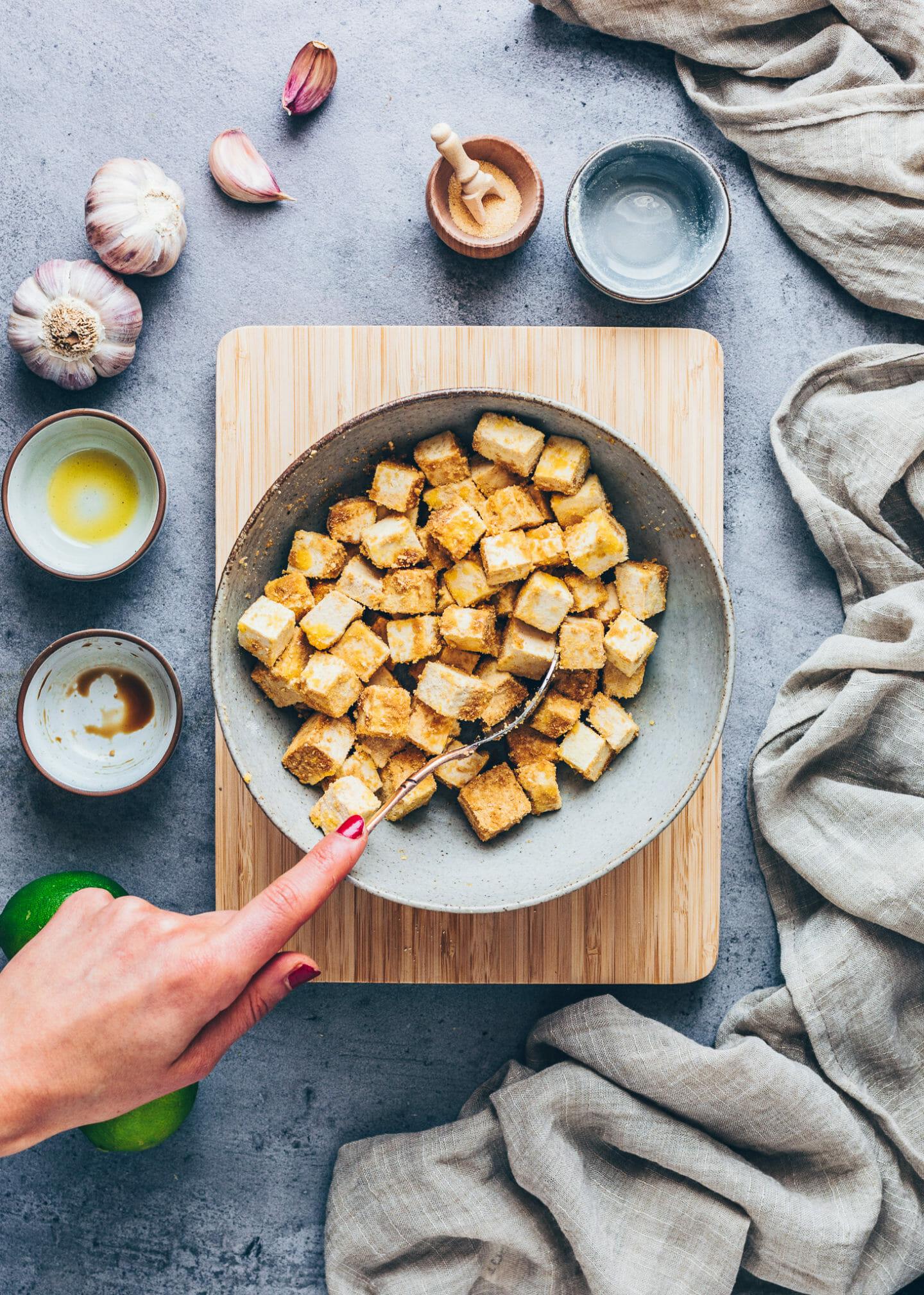 Marinierter Tofu mit Soja-Sauce, Maisstärke und Öl