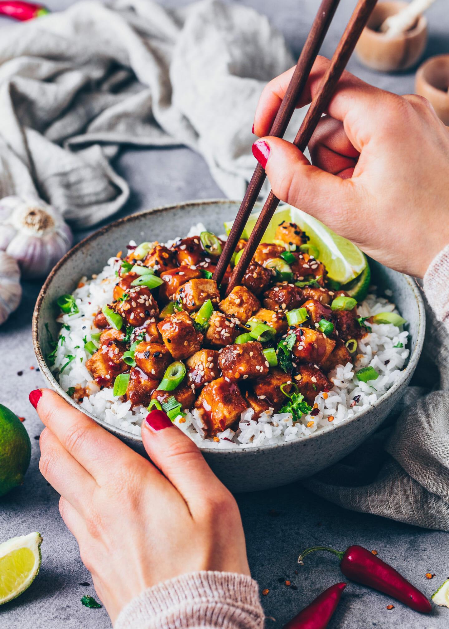 Tofu mit asiatischer Süß-Sauer-Sauce und Reis