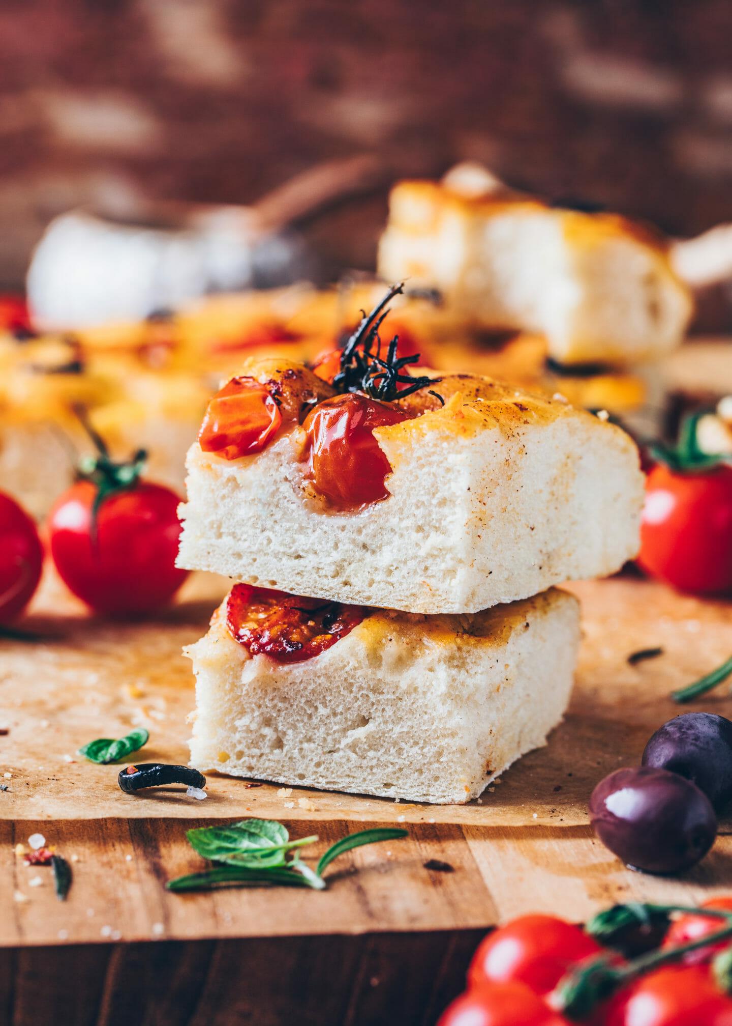 Focaccia mit Kirsch-Tomaten, Oliven, Rosmarin und Meersalz