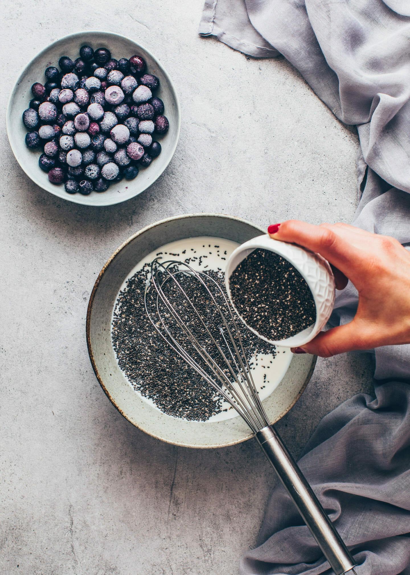 Chia-Samen in Milch rühren für Chia-Pudding