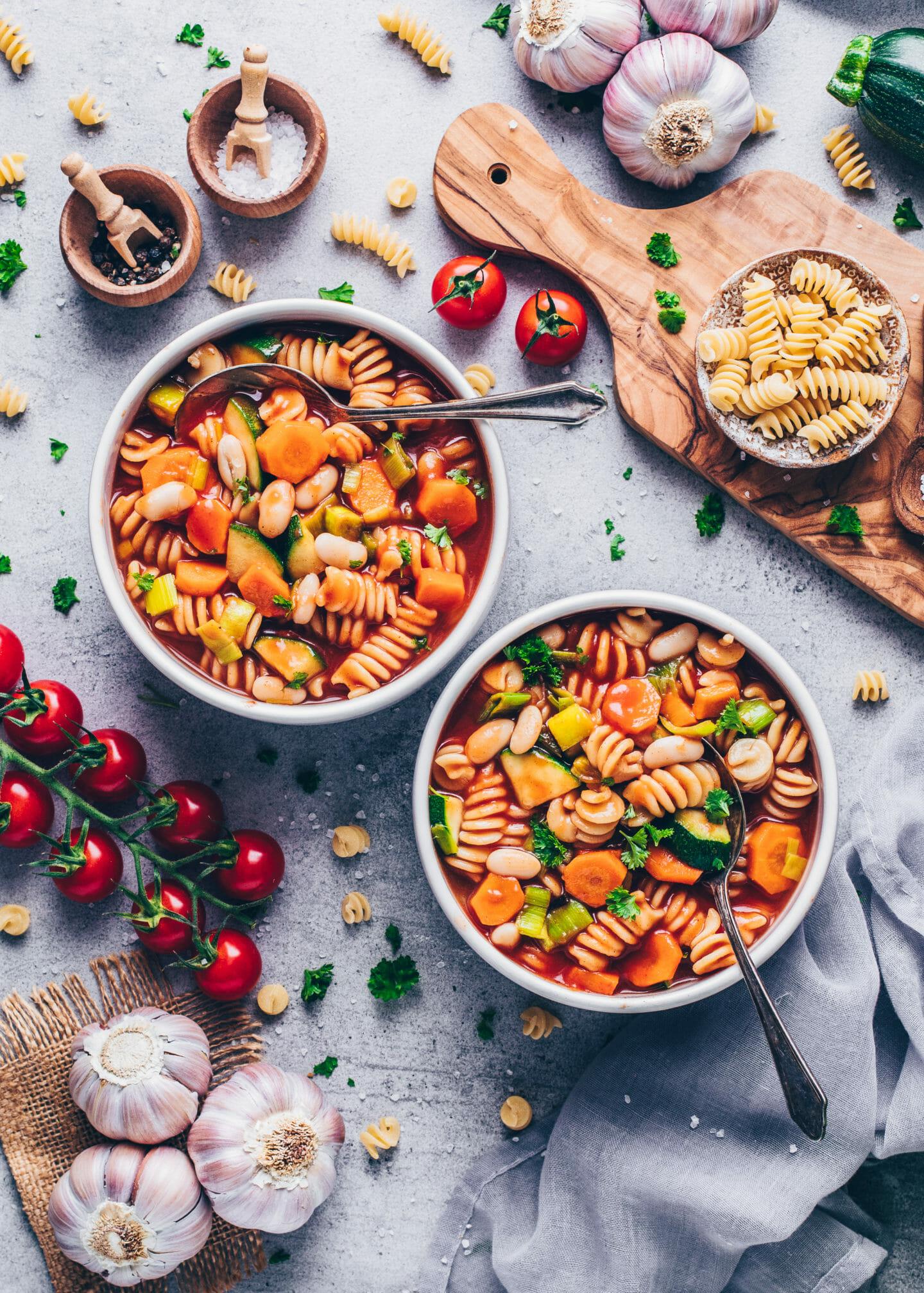 Italienische Minestrone Gemüsesuppe Eintopf mit Karotten, Zucchini, Lauch, weißen Bohnen und Nudeln