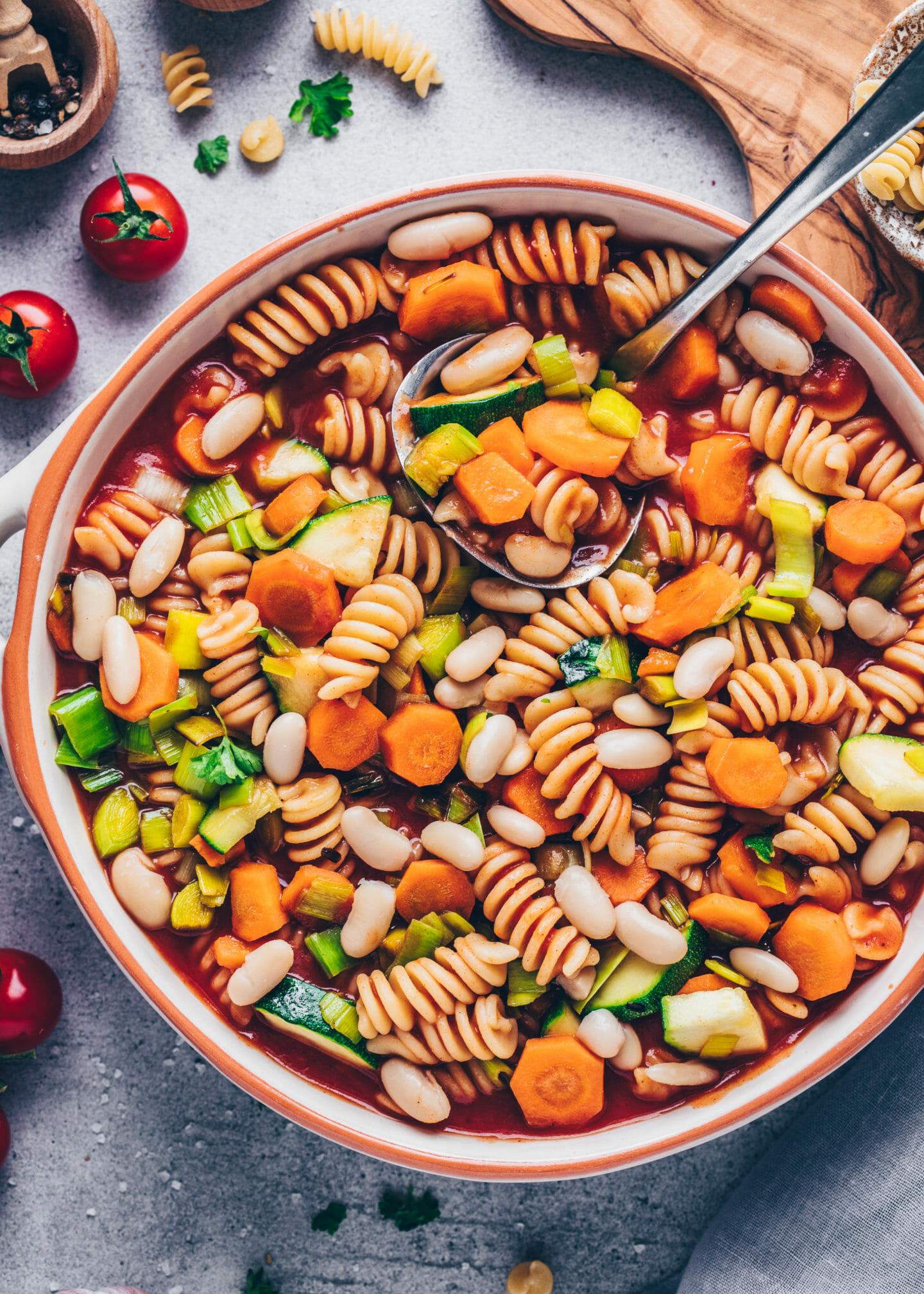 Minestrone Suppe mit Karotten, Zucchini, Lauch, weiße Bohnen, Tomaten und Fusilli Nudeln (Eintopf)