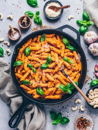 Cremige Tomaten Penne Pasta mit veganem Parmesan Käse und Basilikum