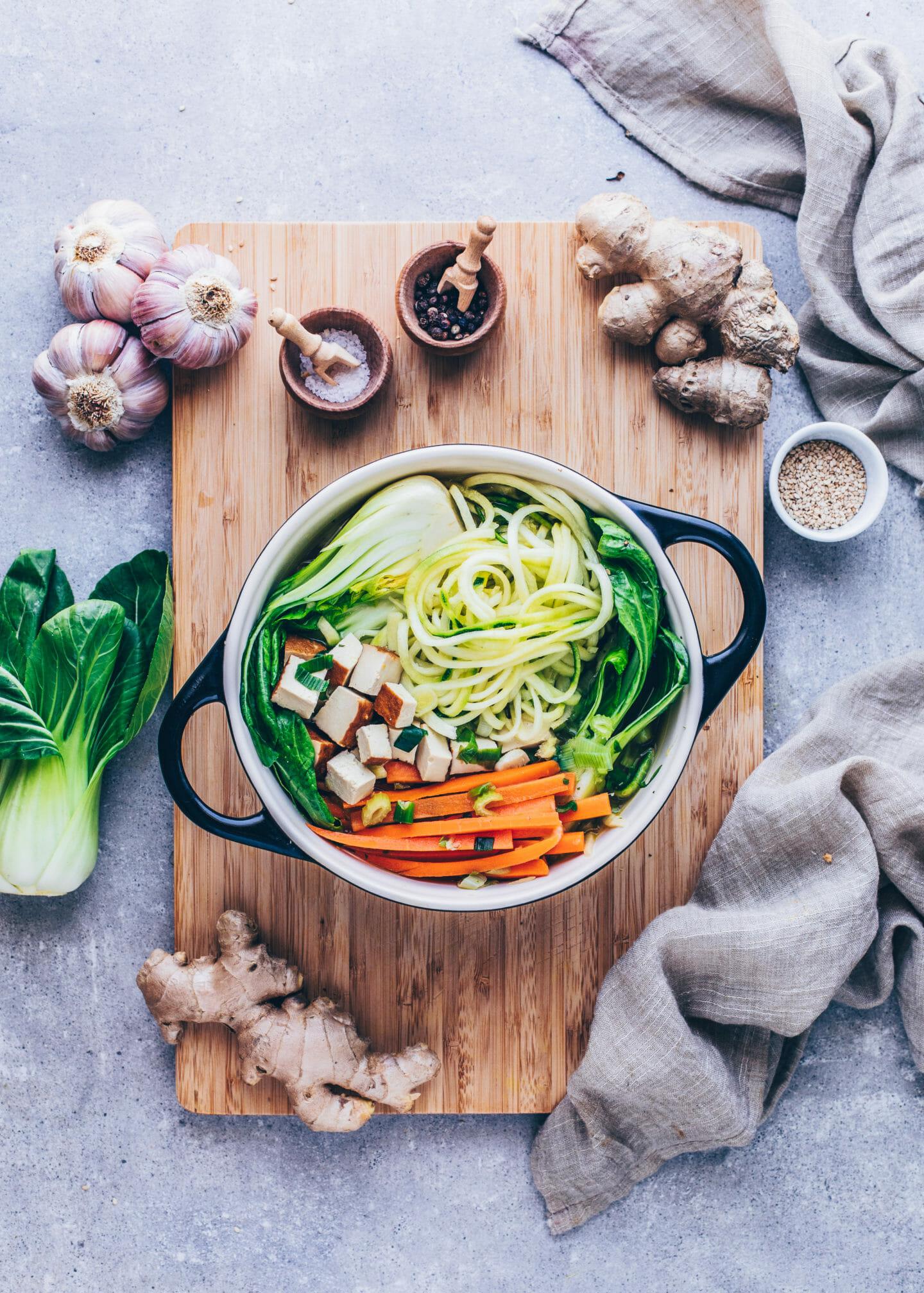 Asiatische Gemüse-Suppe mit Knoblauch, Ingwer, Karotten, Lauchzwiebeln , Bok Choy, Zucchini und Tofu