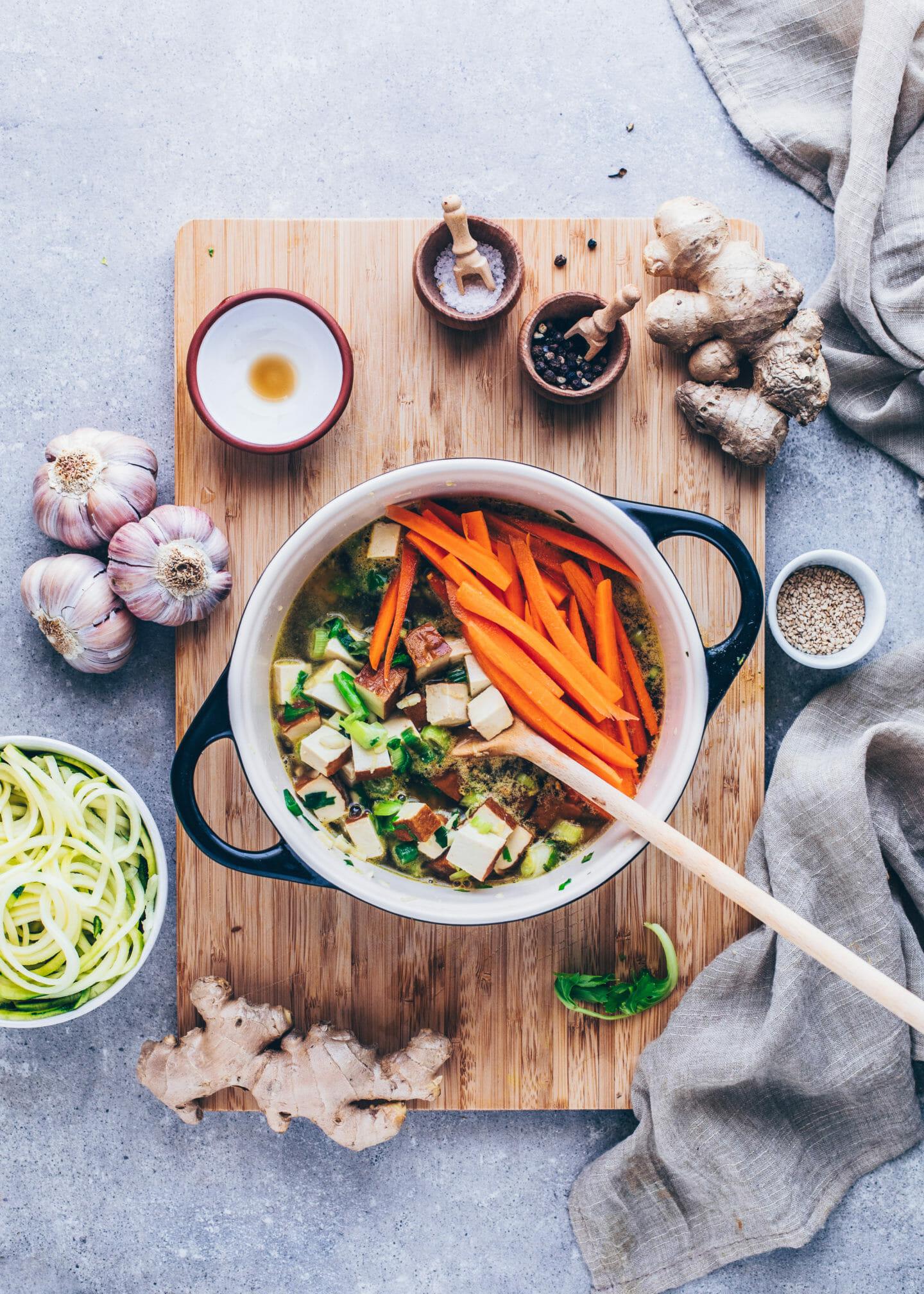 Asiatische Gemüsesuppe mit Knoblauch, Ingwer, Karotten, Lauchzwiebeln und Tofu