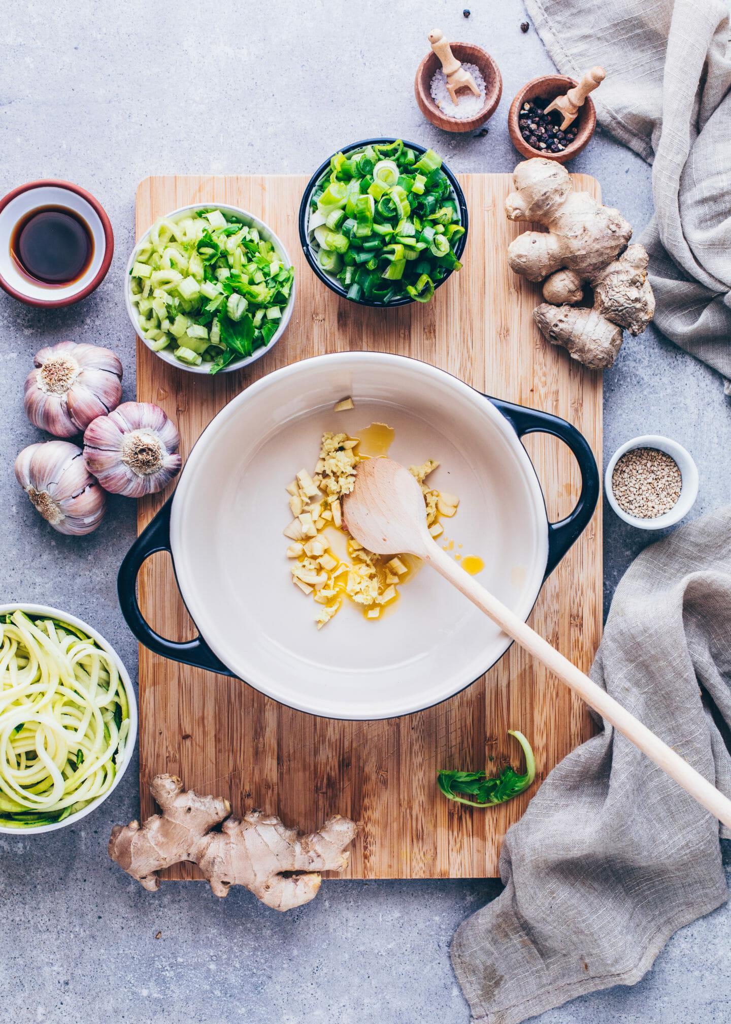 Knoblauch in einem Topf anrösten für Gemüsesuppe
