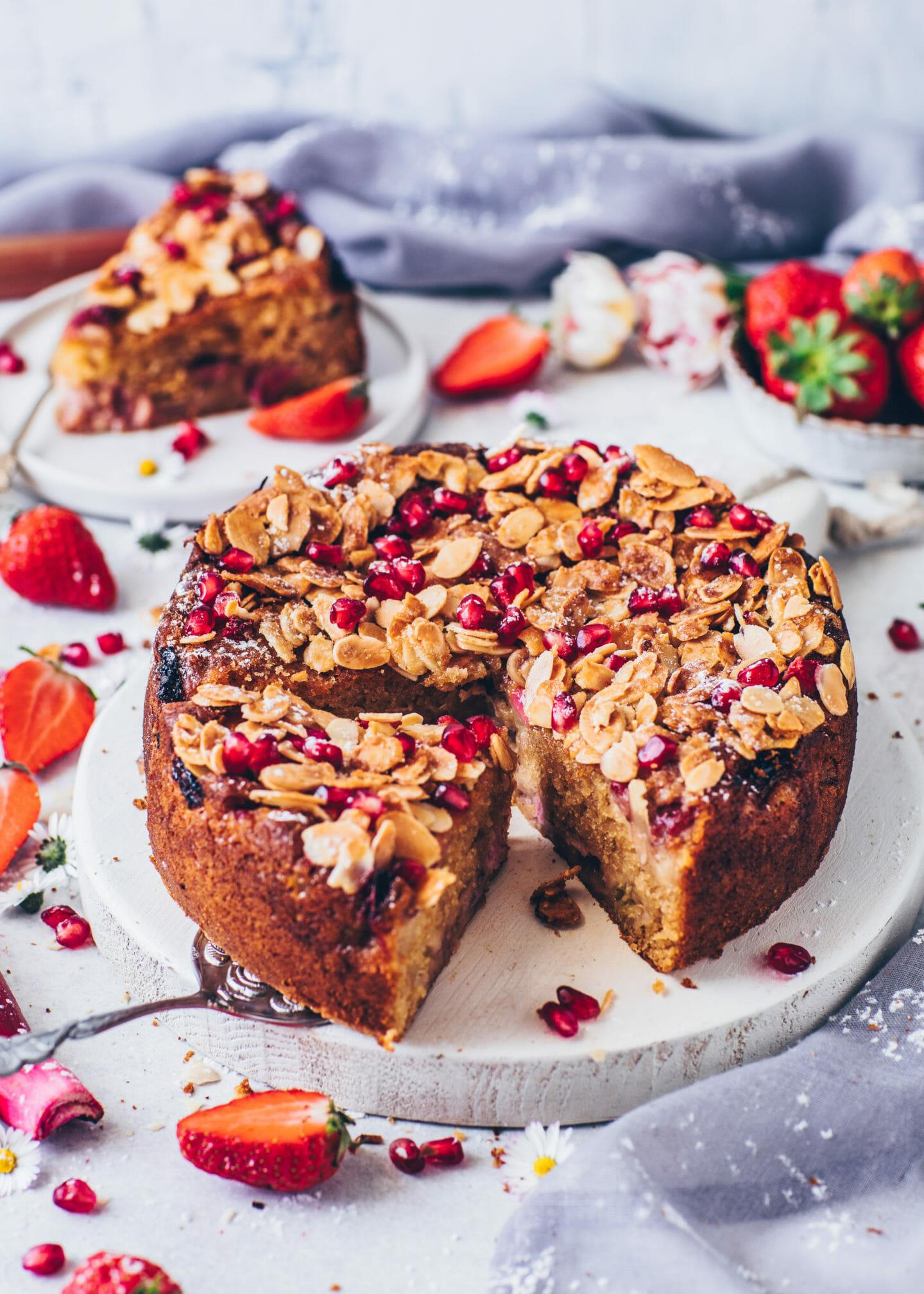 Rhabarber-Erdbeer-Kuchen mit Mandeln (Food Fotografie)