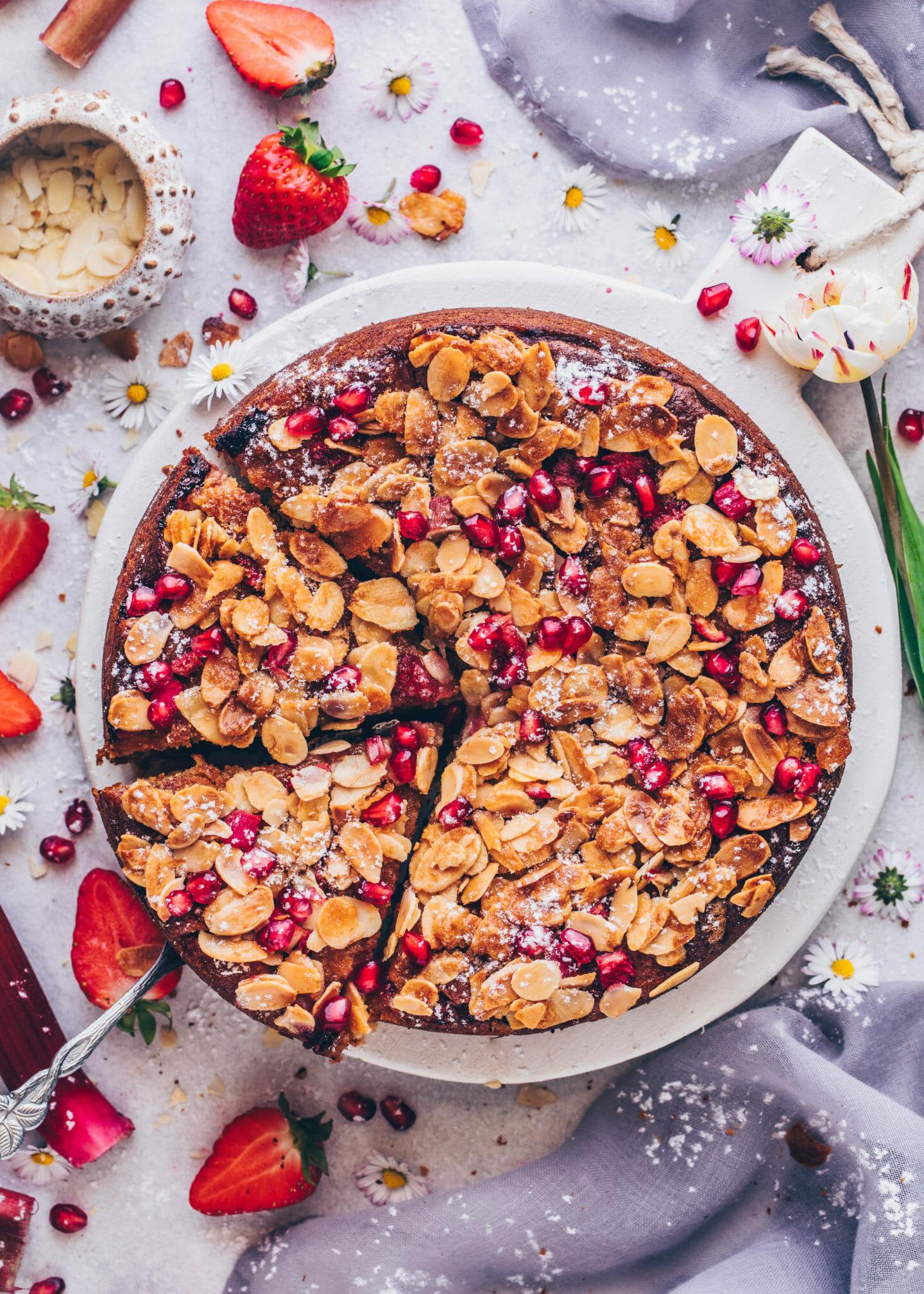 Erdbeer-Rhabarber-Kuchen mit Mandeln und Granatapfelkernen