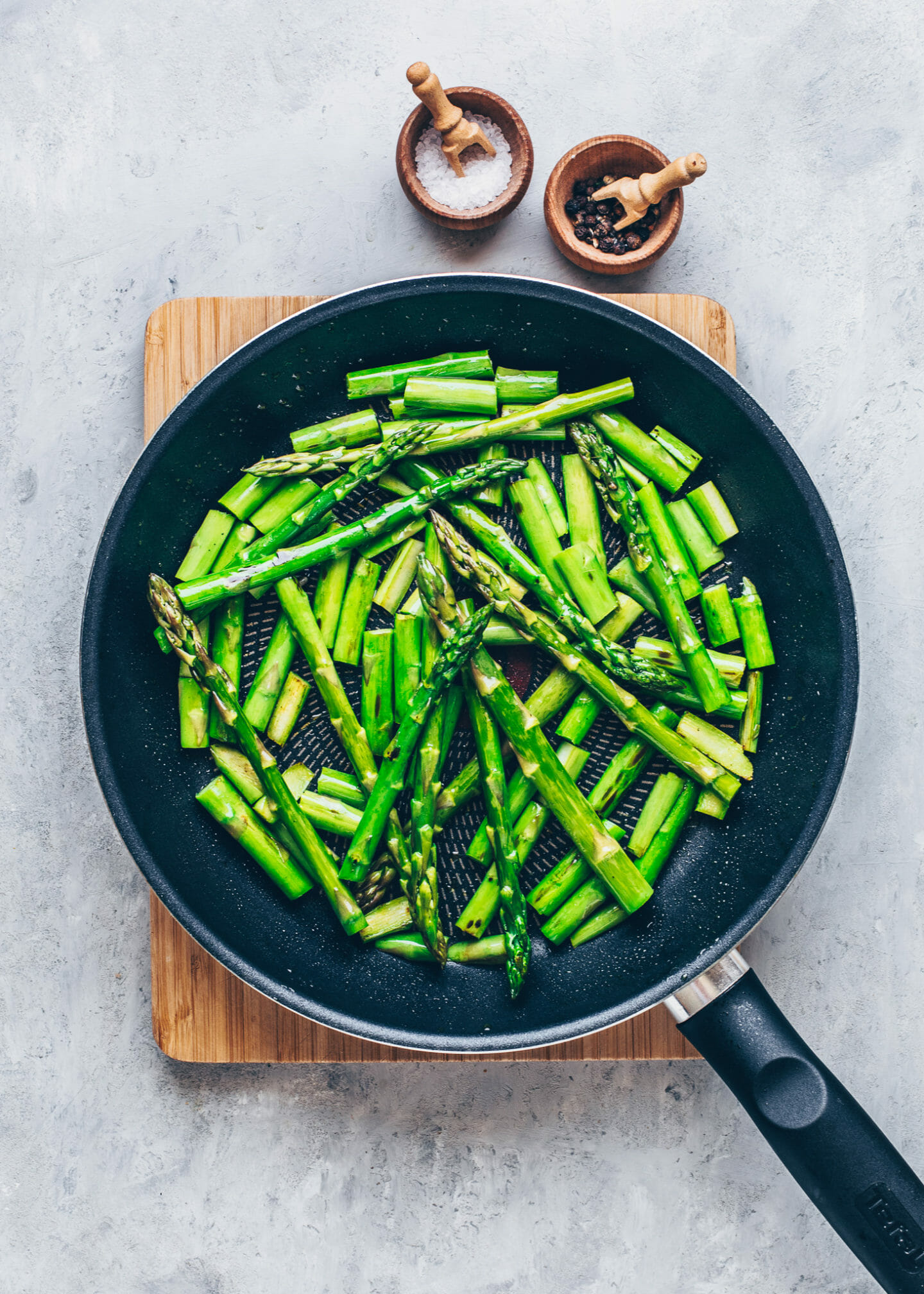 sautéed green asparagus in a pan