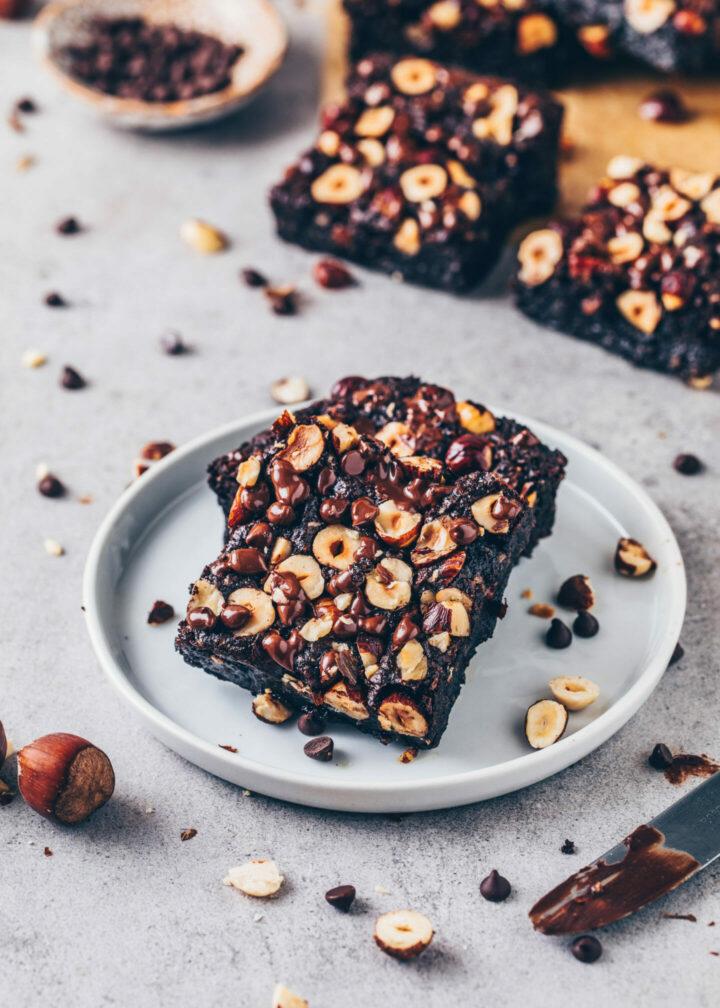 Haselnuss-Brownies mit Chocolate Chips (saftig, low-carb, keto, vegan, gesund)