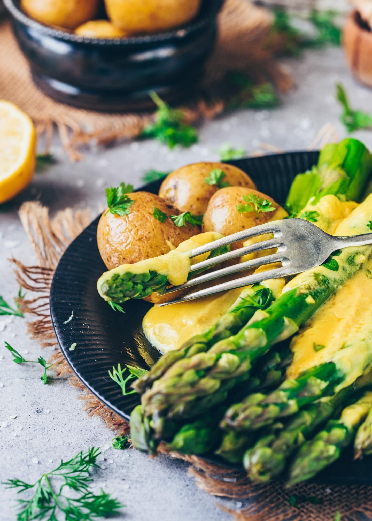 Vegane Hollandaise Sauce mit grünem Spargel und Salzkartoffeln