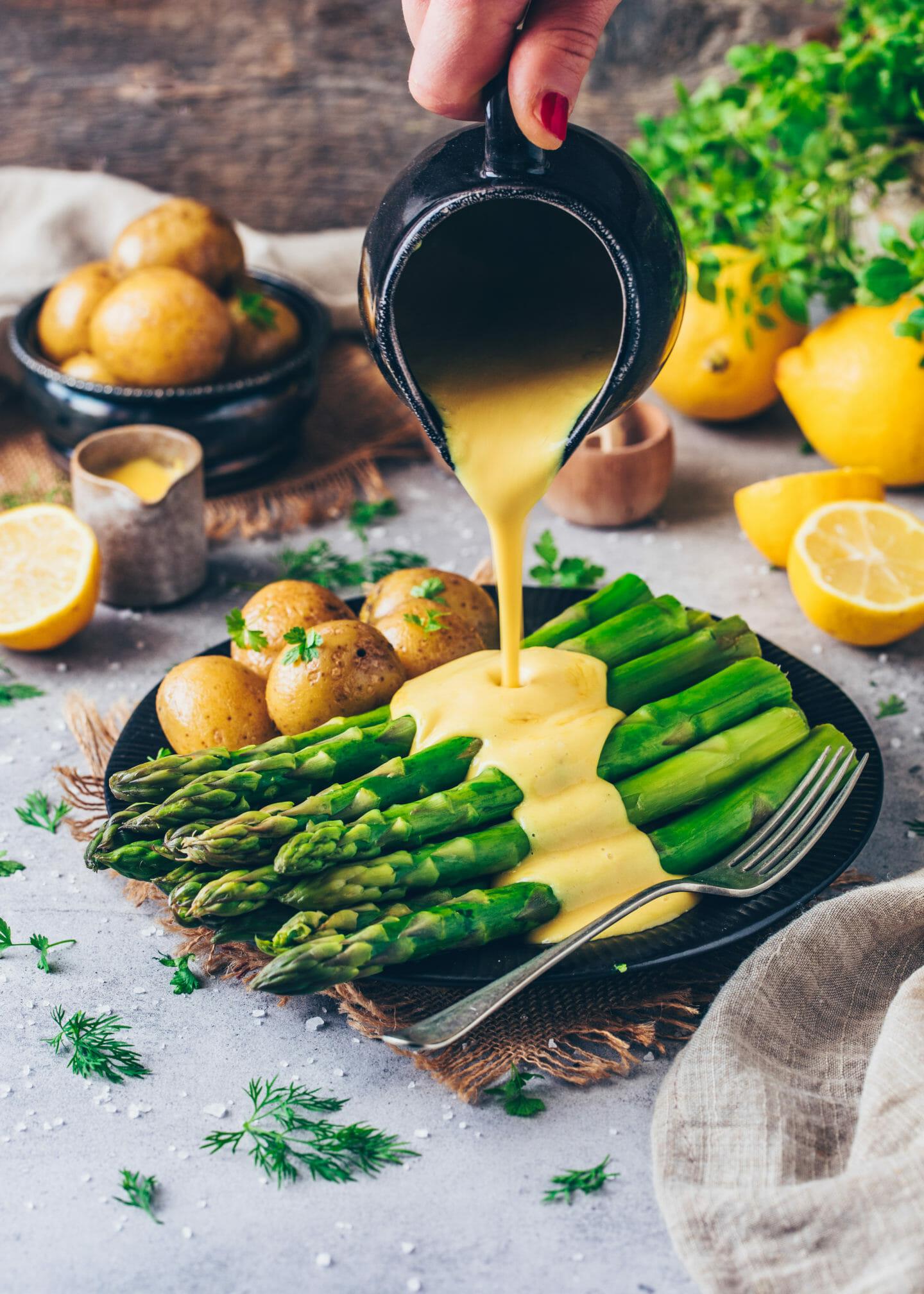 Spargel mit Veganer Hollandaise Sauce, Pellkartoffeln und Zitronen