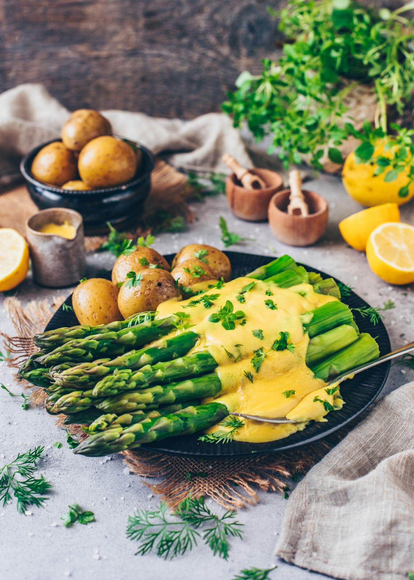 Grüner Spargel mit Sauce Hollandaise und Kartoffeln (vegan)
