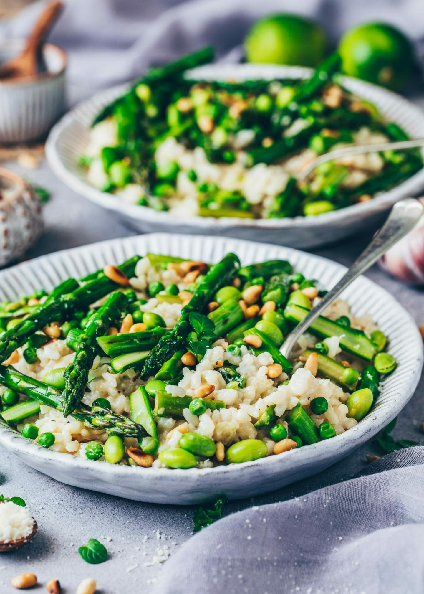 Risotto mit Spargel, Erbsen, Pinienkerne und Parmesan