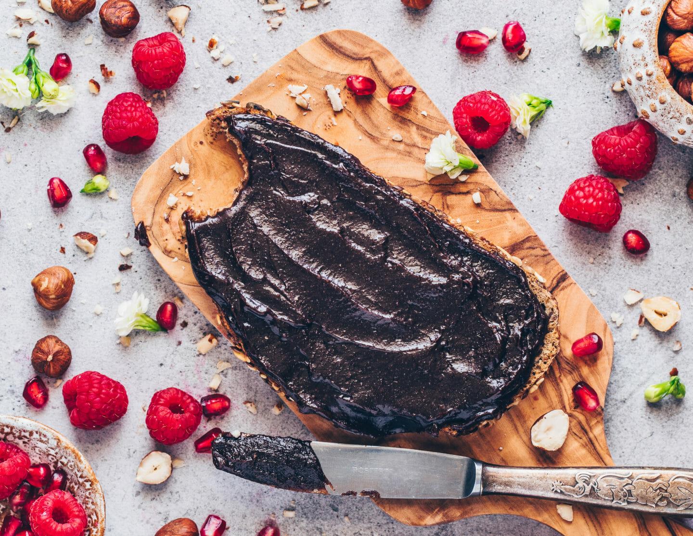 Veganes Nutella, selbstgemachter Schokoladen-Haselnuss-Aufstrich auf Brot mit Himbeeren